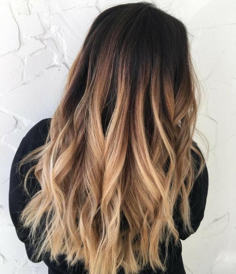 colorazione di tendenza con una base castano scuro e delle schiariture capelli sulle punte