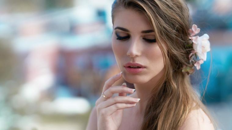 bellissimo look romantico con un trucco sposa semplice, ombretto scuri sfumati