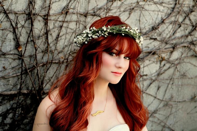 sposa in stile vintage con i capelli rossi lunghi e una corona di fiori bianchi, trucco e parrucco sposa