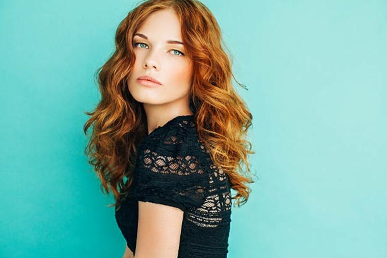occhi azzurri e pelle chiara ragazza con i capelli ramati, come fare capelli ondulati
