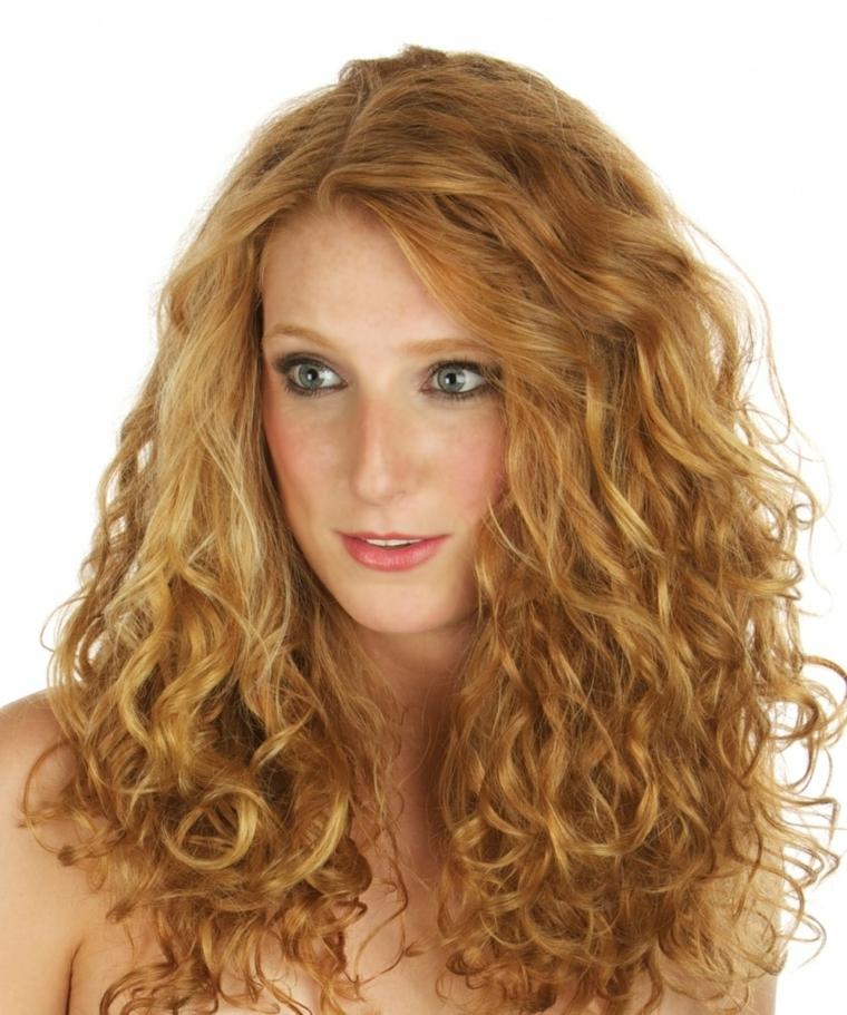 ragazza con gli occhi verdi e i capelli rossi, capelli mossi naturali e carnagione chiara