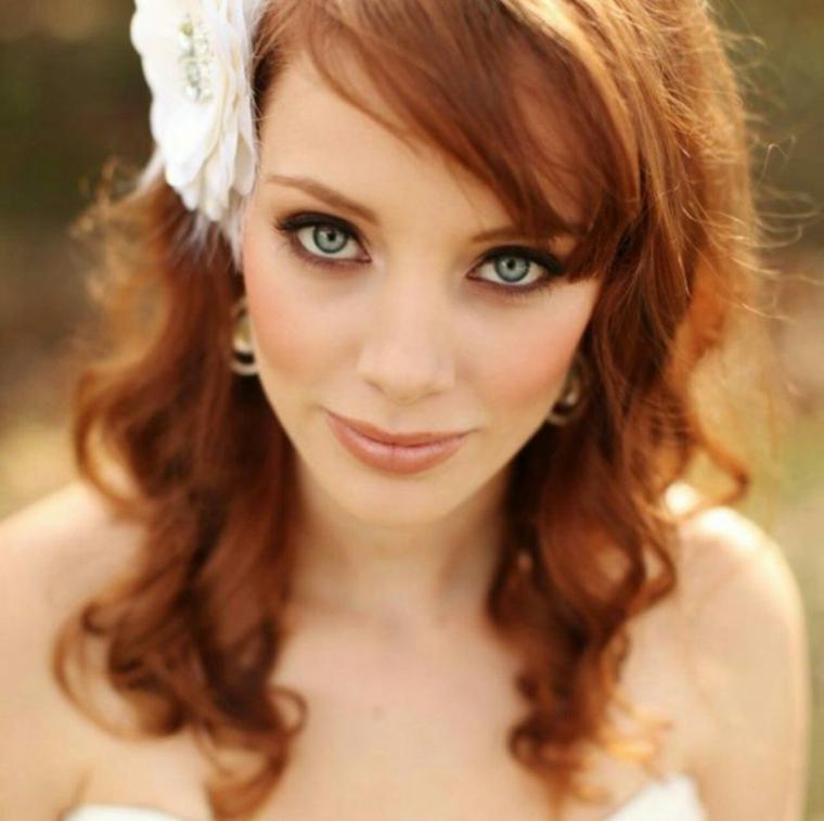 fiore bianco fra i capelli rossi, occhi azzurri truccati con della matita marrone, trucco cerimonia giorno