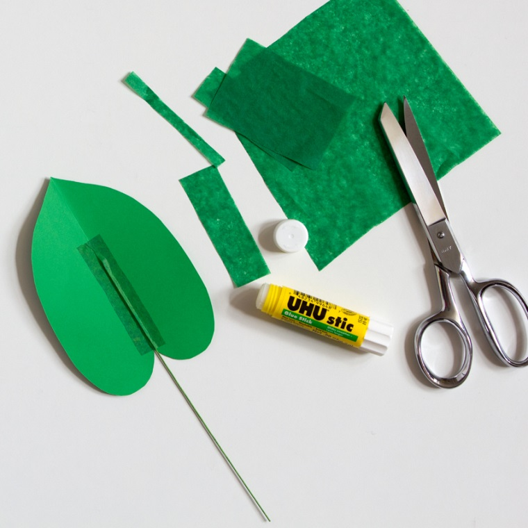 Incollare lo stelo della foglia verde con carta crespa, lavoretti di carta facili con colla stick