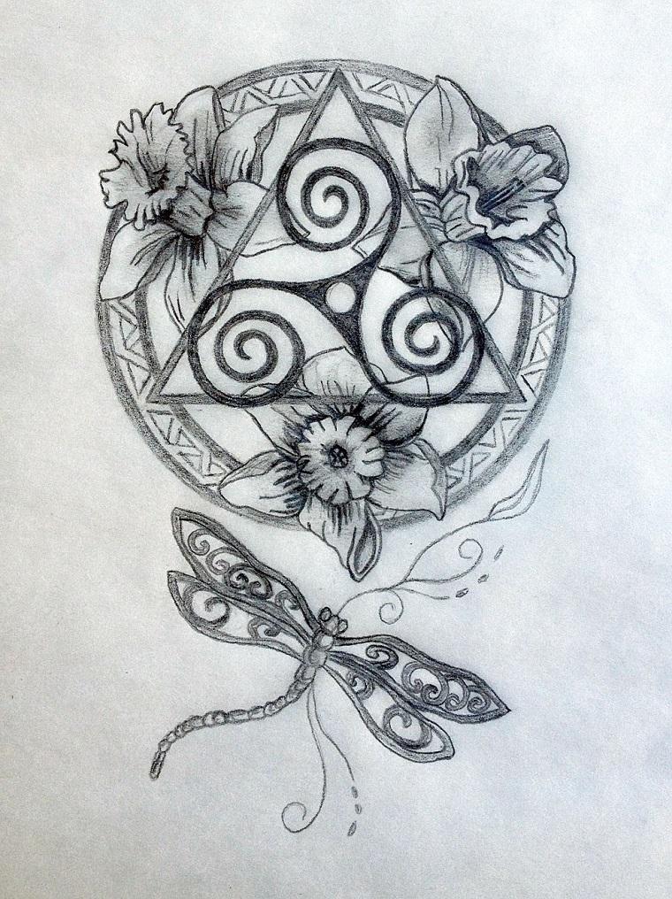 Disegno di un mandala tattoo uomo con cerchio e triangolo, disegno a matita su un foglio bianco
