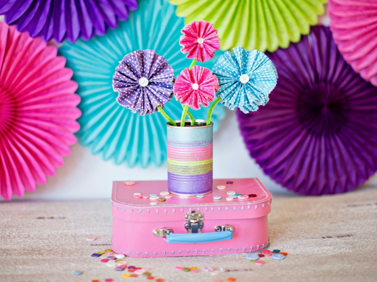 Barattolo di latta utilizzato come vaso per dei fiori finti di carta crespa colorata