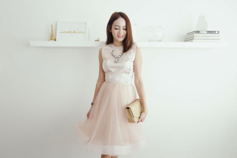 Vestito matrimonio invitata di colore rosa con collana gioiello pendente abbinata alla borsetta a mano