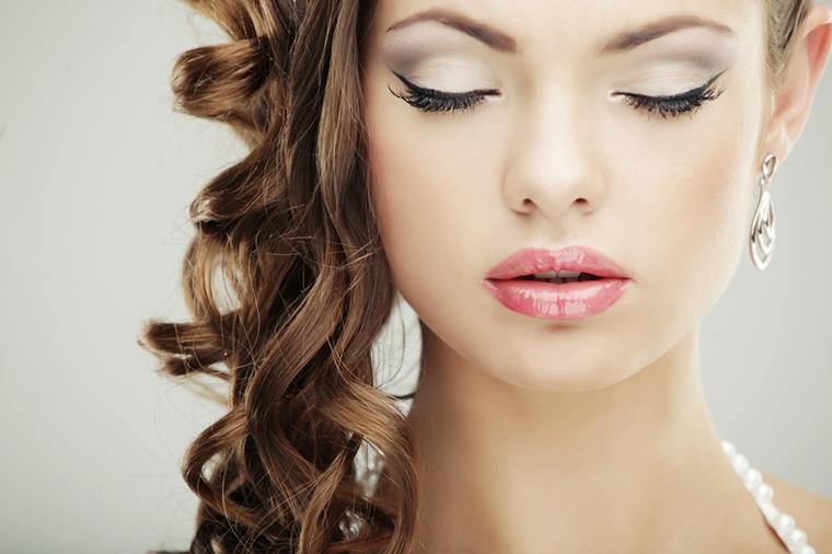 labbra carnose con un rossetto lucido rosso, eye liner e ombretto perlato, trucco matrimonio sposa