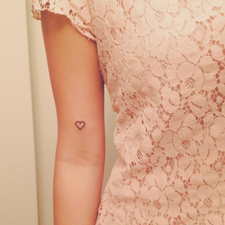 grazioso cuore di piccole dimensioni sul braccio. idee tatuaggi piccoli ed eleganti