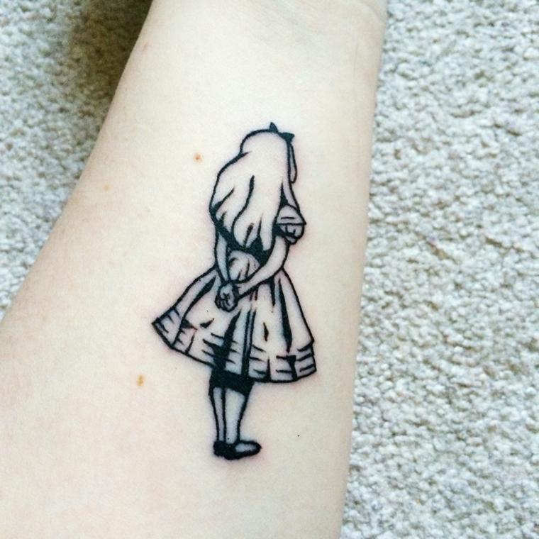 esempio di tatuaggi piccoli particolari adatti alle donne, la figura di alice nel paese delle meraviglie