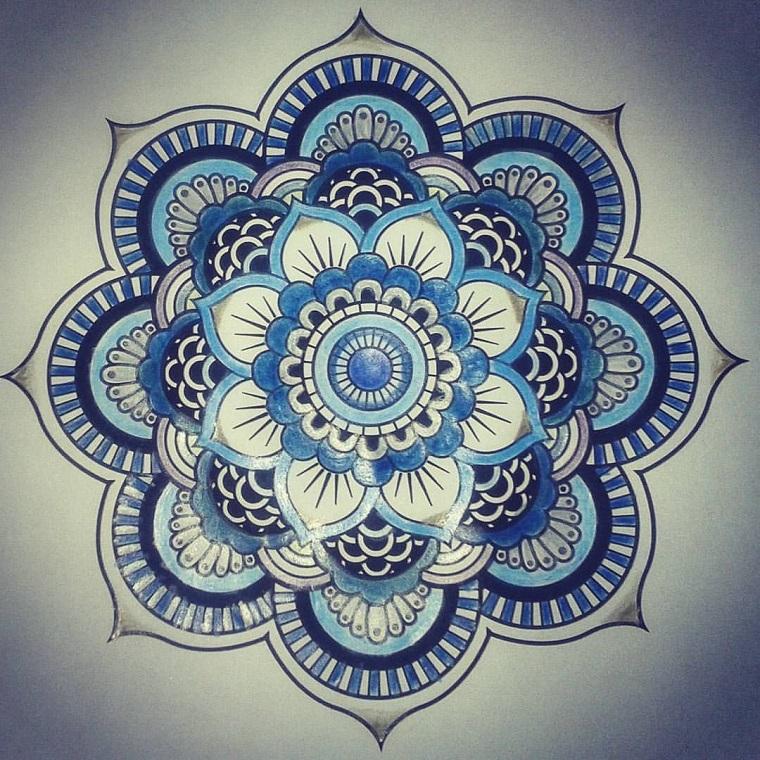 Tatuaggio simbolo forza interiore e un disegno di un mandala colorato di blu