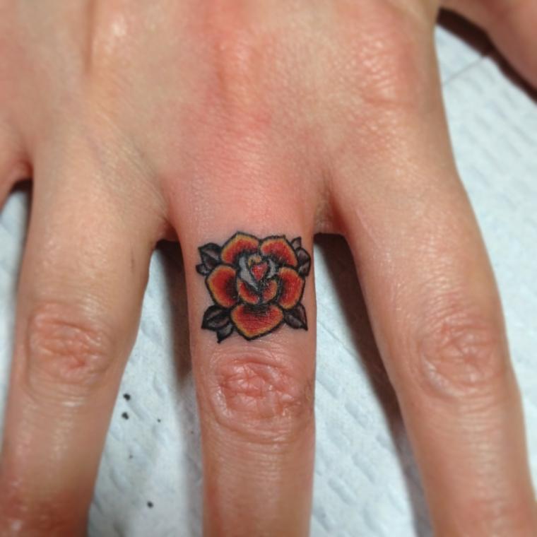 splendida idea per tatuaggio rosa piccola rossa con sfumature e foglie verdi sul dito medio