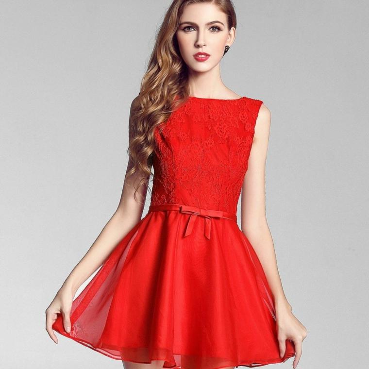 Abbigliamento donna con un vestito di colore rosso e fiocchetto in vita, abbinamento al trucco e ai capelli