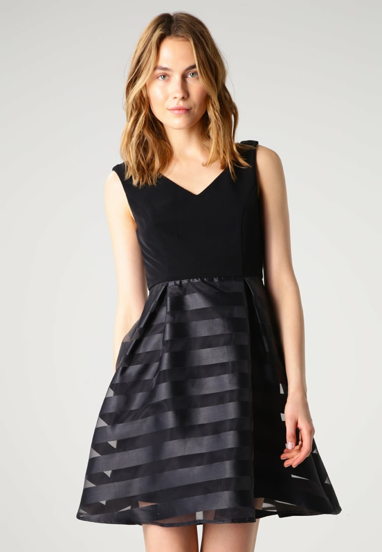 Vestiti eleganti e un'idea con abito corto di colore nero con pizzo trasparente