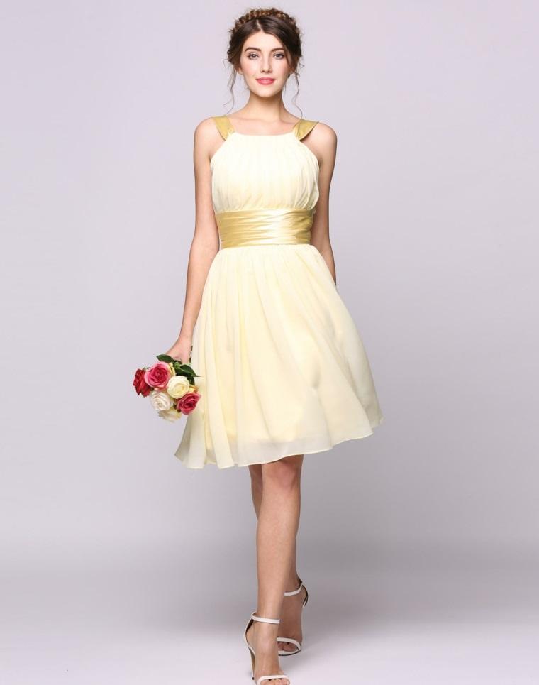 Abiti da cerimonia corti, outfit elegante con vestito di colore bianco crema e acconciatura capelli raccolti