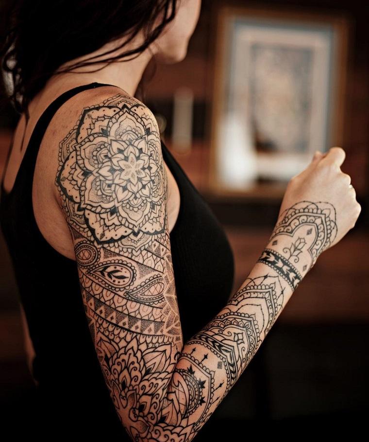 Ragazza con un tatuaggio a manica con mandala fiore di loto