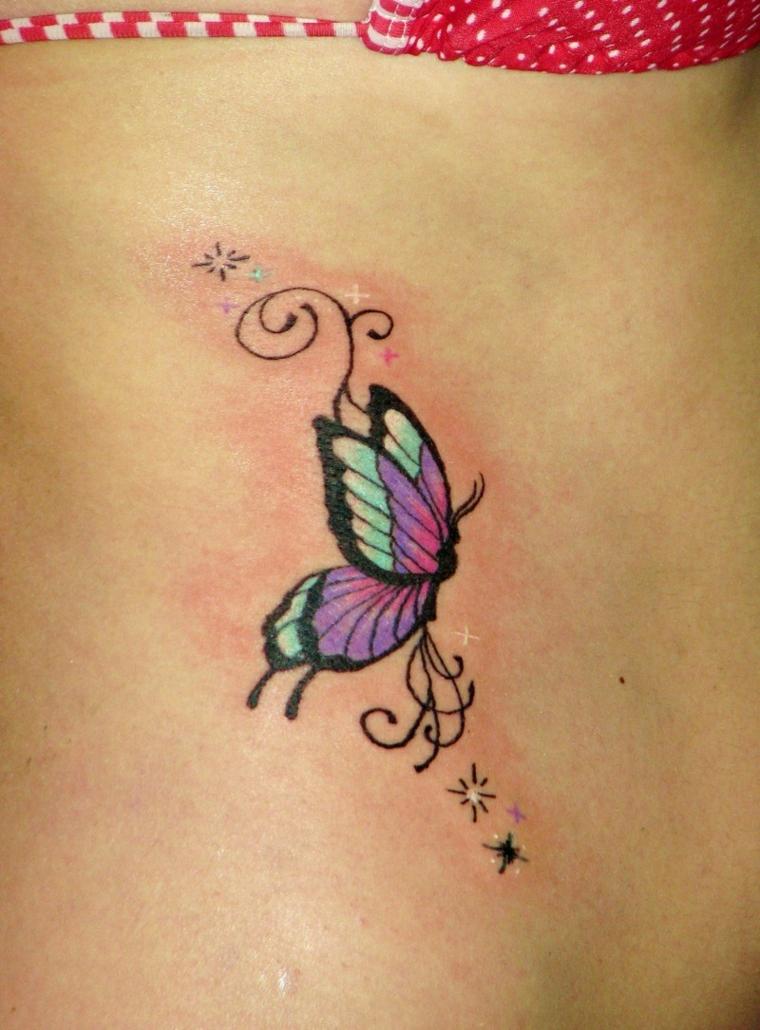 disegno a forma di farfalla per tatuaggi piccoli colorati ideali per una donna