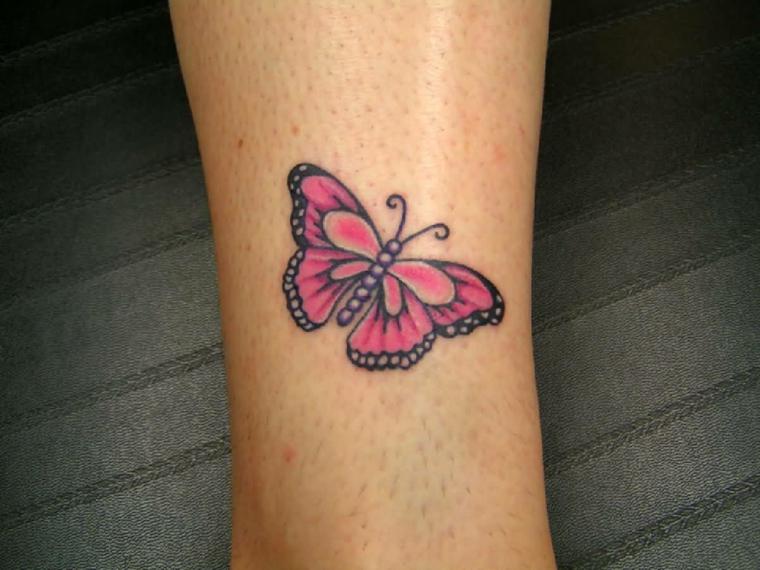 idea per tatuaggi piccoli colorati una farfalla colorata di rosa e nero sopra la caviglia