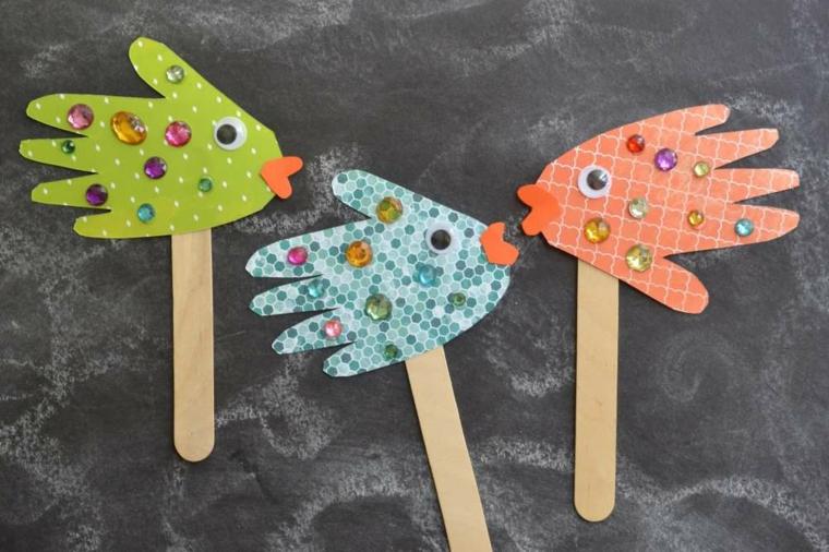 Segnapagina con dei stecchini di legno e manine a forma di pesciolino, lavoretti manuali per bambini