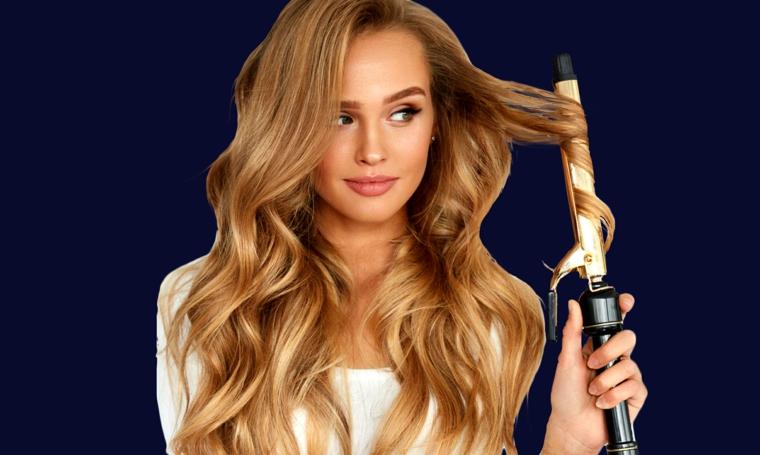 bellissima ragazza con i capelli biondo miele e un ferro arricciacapelli, fare capelli mossi