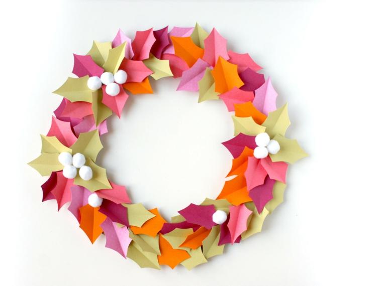 Lavoretti natale con della carta colorata, ghirlanda natalizia con foglie nella tonalità di colore caldo