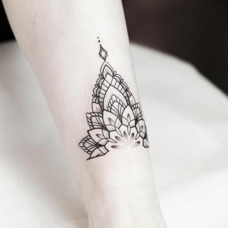Madala fiore di loto tatuato sul braccio di una donna, inchiostro nero con leggere sfumature