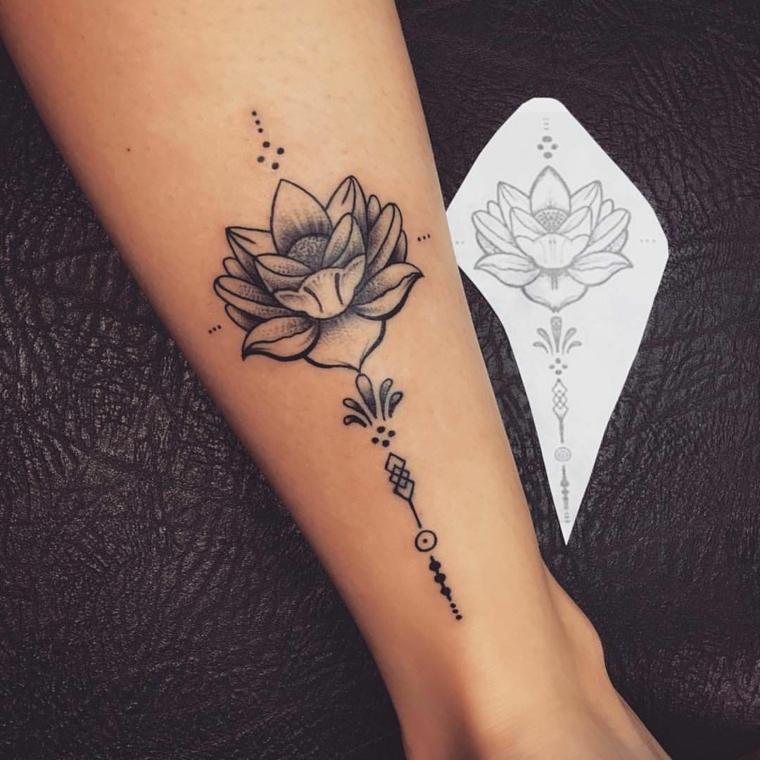 Polpaccio di una donna con fiore di loto tattoo, foglietto adesivo con il disegno del tatuaggio
