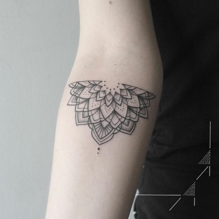 Tatuaggio simbolo forza interiore con un mandala sul braccio con ornamenti