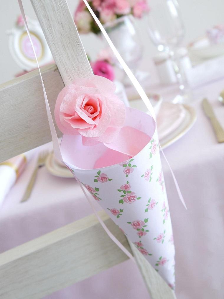 Bomboniera a forma di cono con nastro e decorazioni con carta crespa di colore rosa