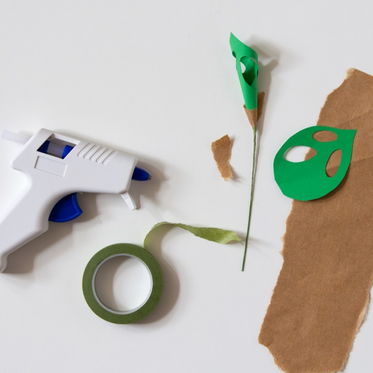 Come fare i fiori di carta, foglia verde arrotolata e scotch di carta crespa per incollare lo stelo