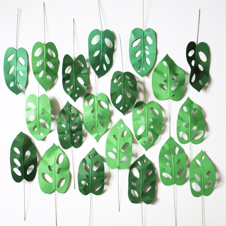 Lavoretti con la carta, foglie della pianta Monstera Obliqua con foglie verdi e buchi