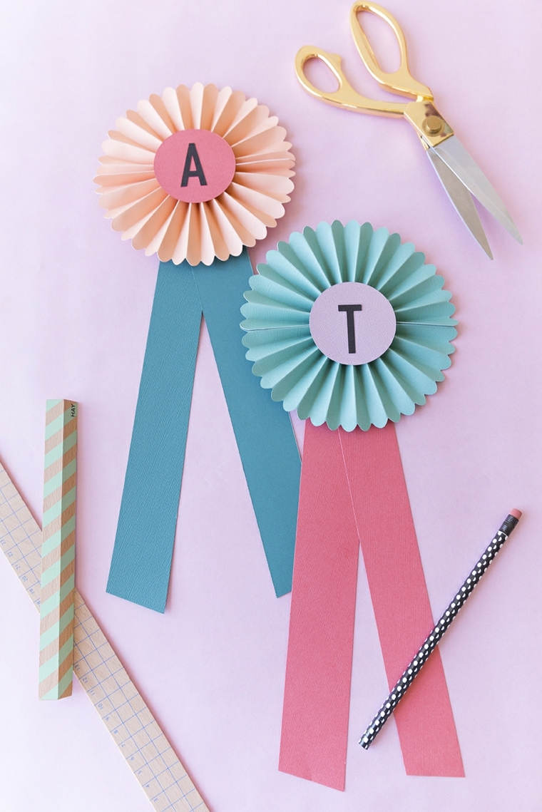 Lavoretti per bambini facili con fiocchi di carta colorata, occorrente con forbici e matita