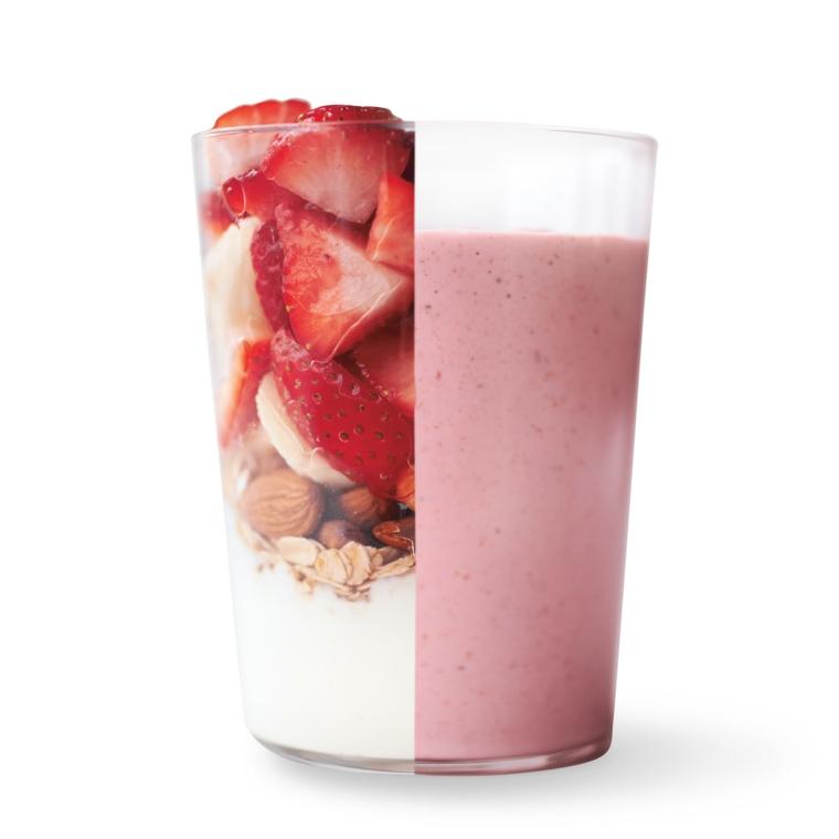 Smoothie ricette con frutta e mandorle, bicchiere di vetro con gli ingredienti in ordine di aggiunta