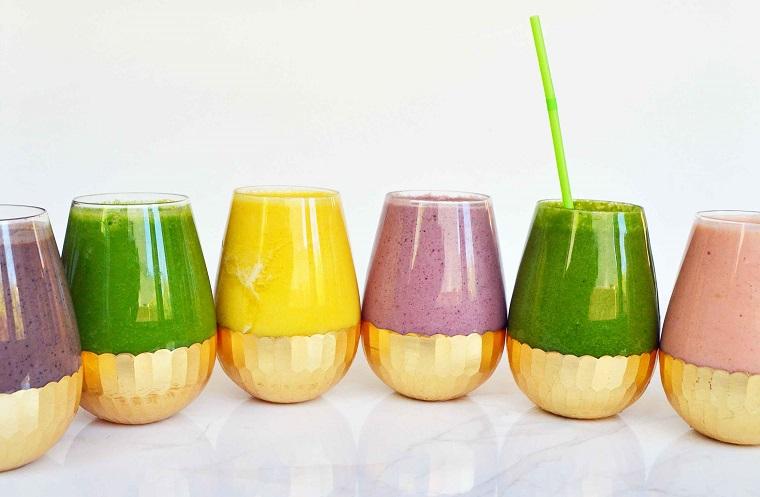 Idea per la preparazione di frullati detox e serviti in bicchieri di vetro con cannucce