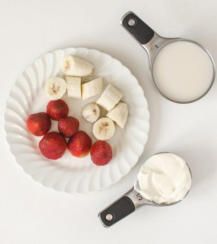 Smoothie ricette e gli ingredienti per fare un frullato alla fragola e banana