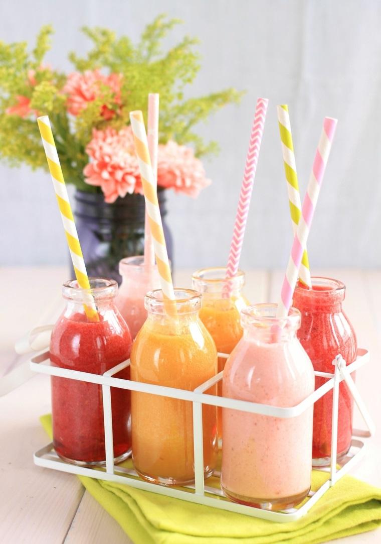 Ricette per dei frullati detox fatti da frutta fresca e serviti in bottiglie di vetro