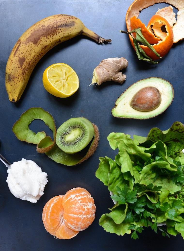 Smoothie dimagranti con tante verdure e frutta, ingredienti per la ricetta posizionati su un tavolo