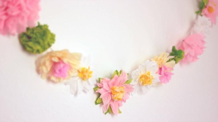 Ghirlanda di fiori colorati attaccati su un filo, decorazione realizzata con della carta