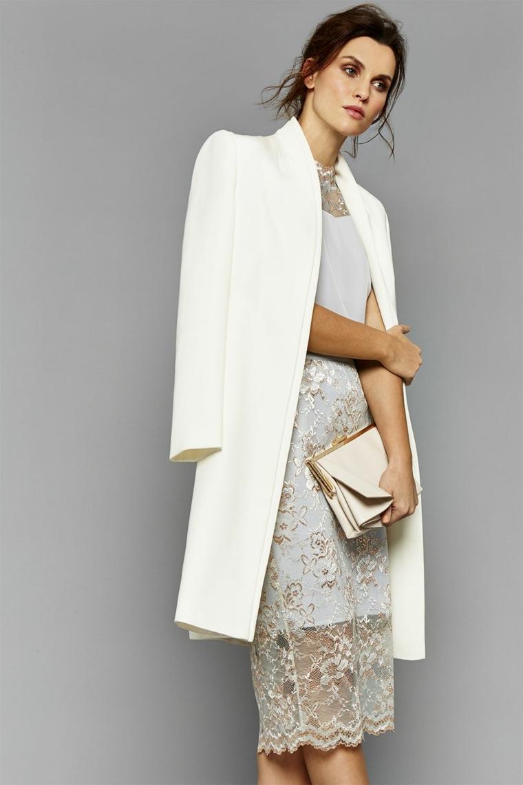 Come vestirsi ad un matrimonio e un'idea con abito in pizzo e cappotto bianco