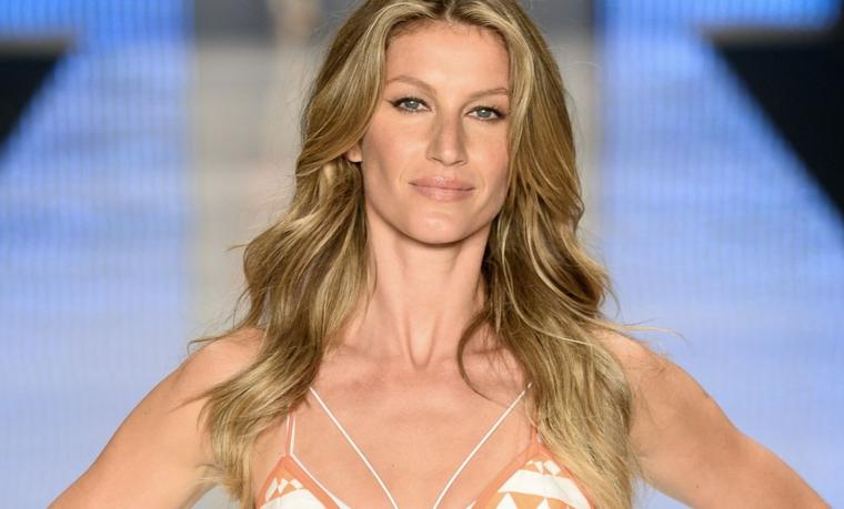 famosa top model giselle bundenchen in passerella sfoggia dei lunghi capelli con balayage biondo miele