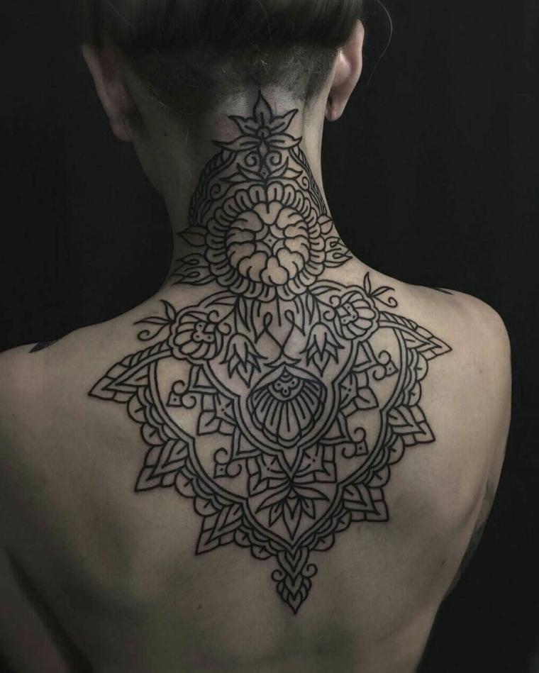Tatuaggi mandala e un'idea con motivi floreali su tutta la schiena