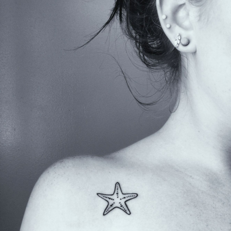 esempio di tattoo femminili piccoli, una stella marina con i puntini all'interno sotto la spalla