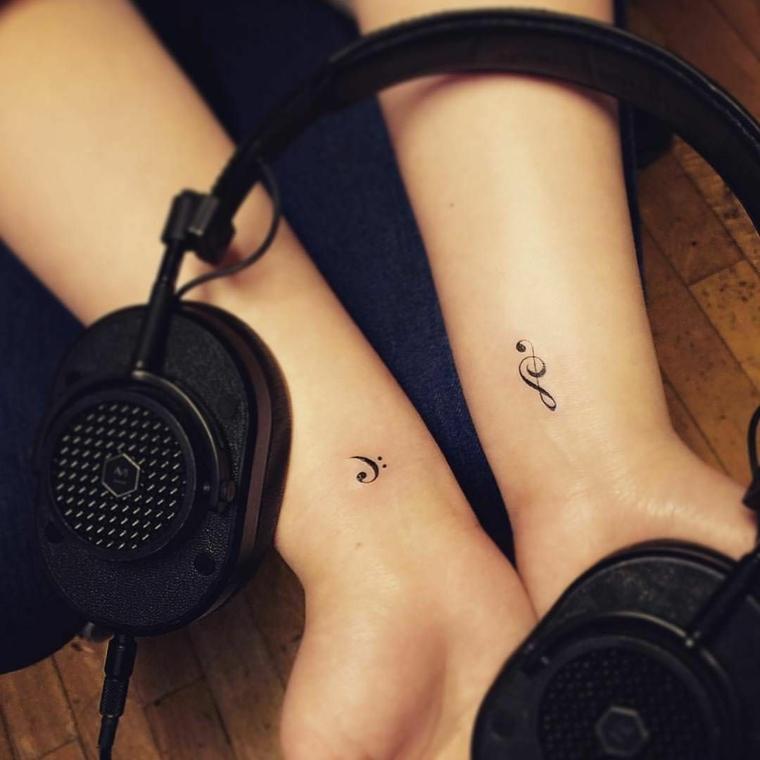bellissimi tatuaggi piccoli particolari femminili sul polso a forma di chiave di violino