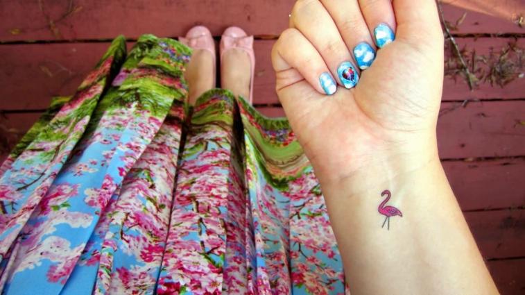 colorato e bellissimo cigno rosa, esempio di tatuaggi al polso femminili