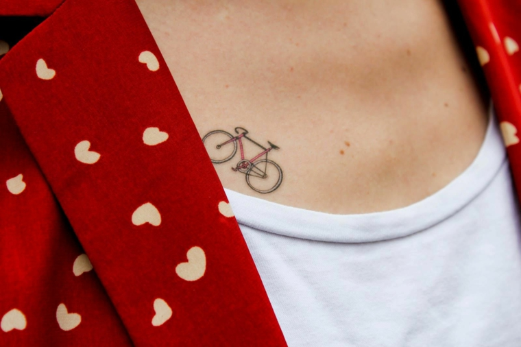 bicicletta da corsa con telaio rosso, idea per tatuaggi donna piccoli e raffinati