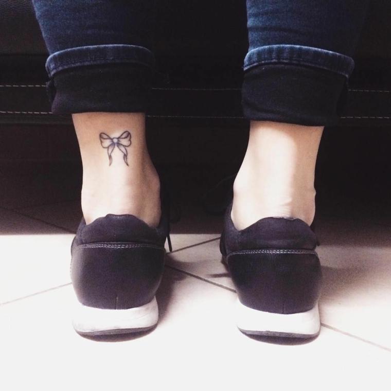 bellissima idea per tatuaggi femminili piccoli sopra la caviglia a forma di fiocco