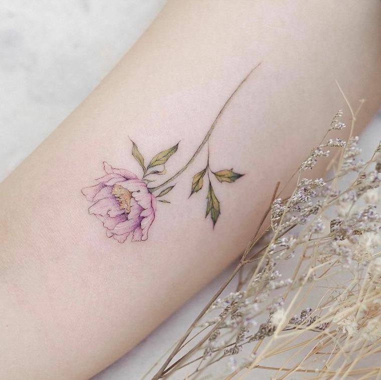 femminile tatuaggio nella parte interna del braccio con una rosa rosa, gambo e foglie