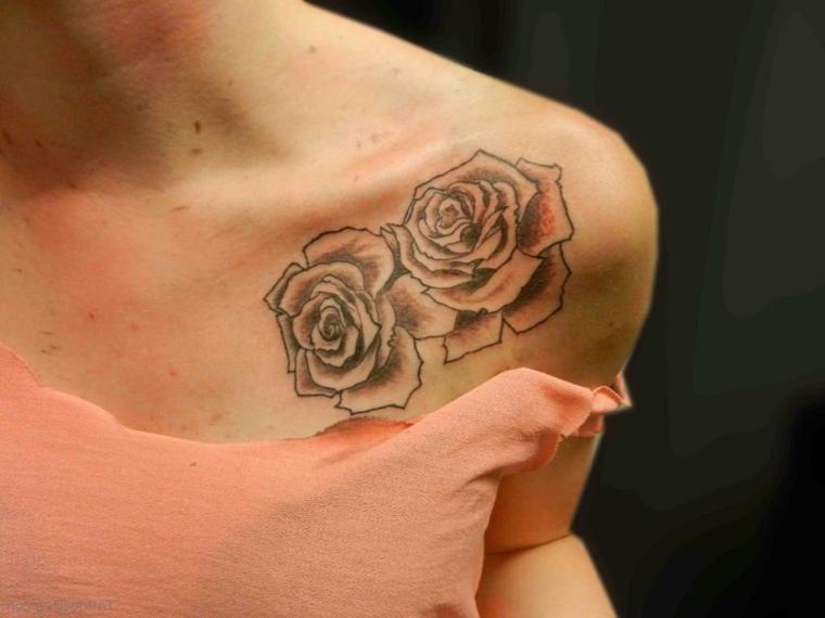 femminile proposta per tatuaggi rose nere, due rose una accanto all'altra sotto la scapola