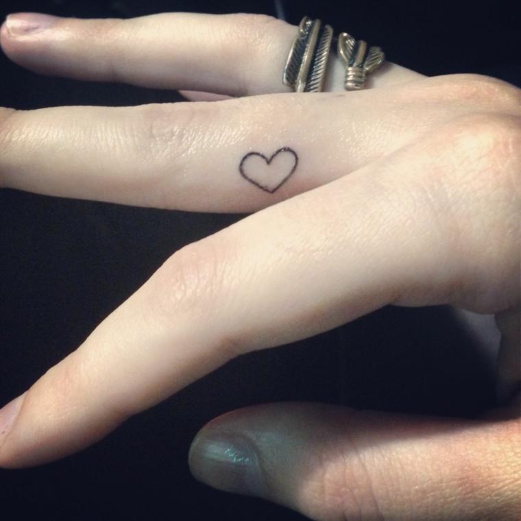 bellissima idea per tattoo femminili piccoli nella zona interna del dito medio