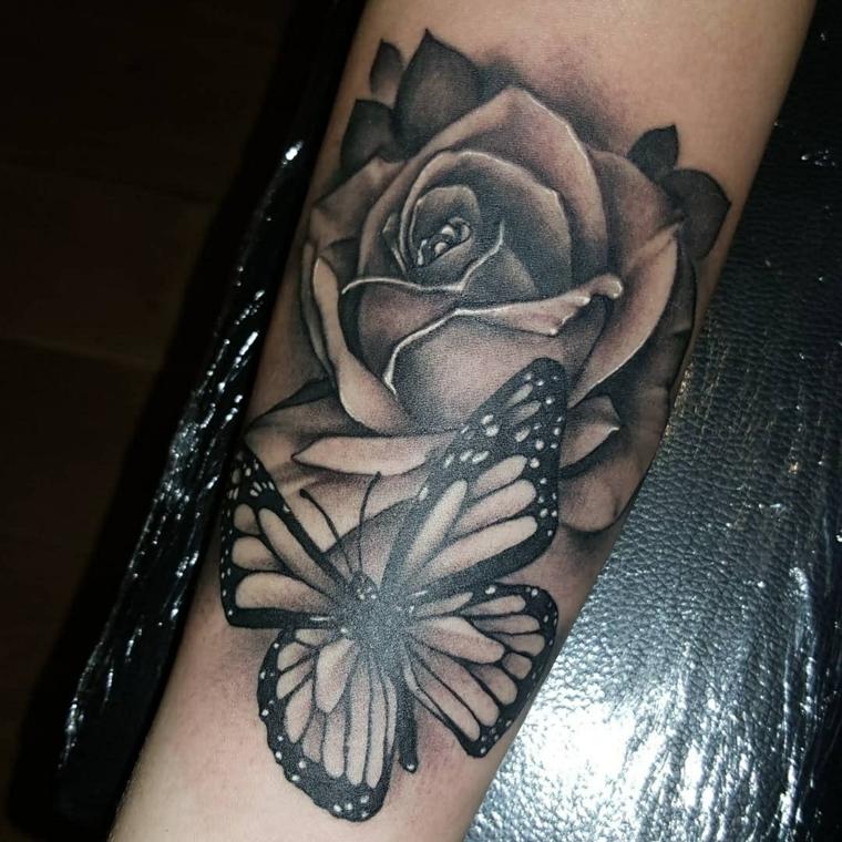 idea per tatuaggi rose nere con una farfalla di medie dimensioni sul braccio