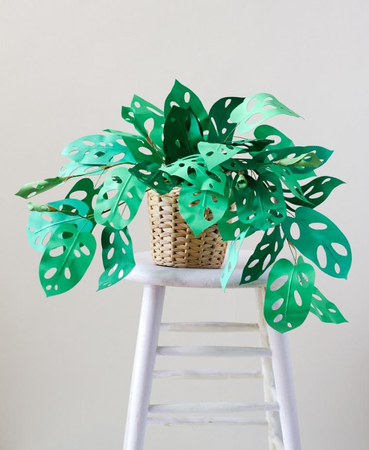 Lavoretti di carta per decorare con delle piante finte, idea con Monstera Obliqua in cesto di vimini